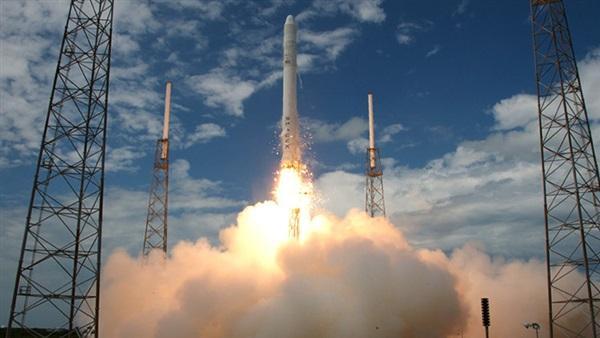 ناسا تطلق صاروخ فالكون 9 إلي الفضاء